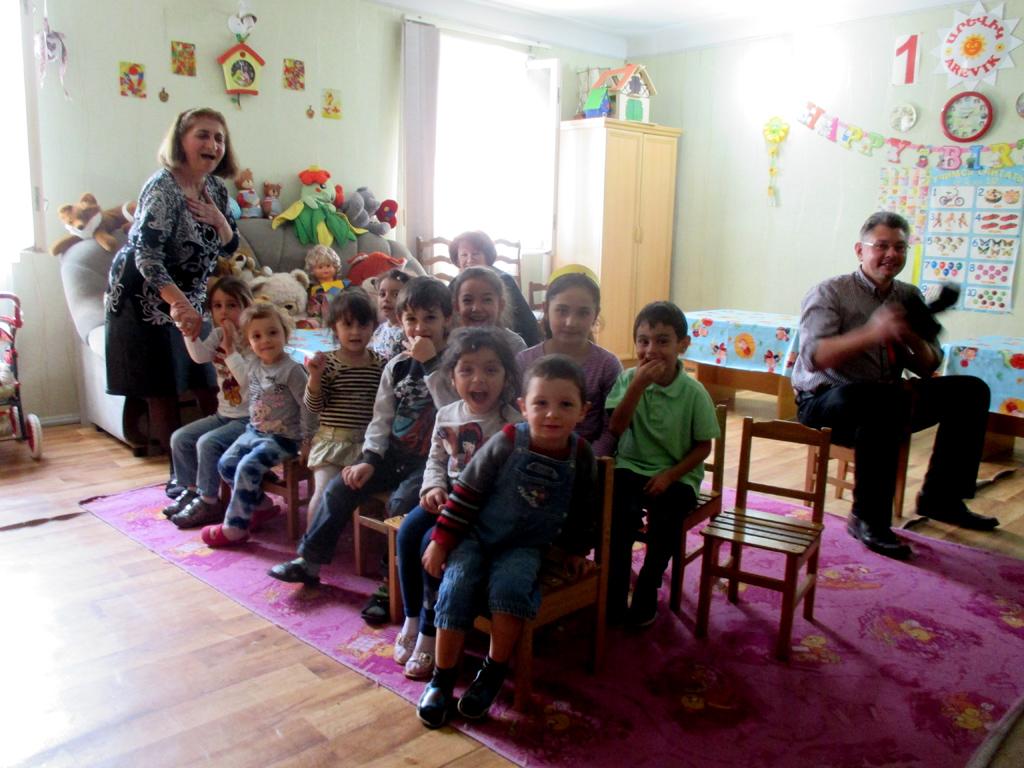Kinder sitzen zusammen im Kindergarten in Yerevan