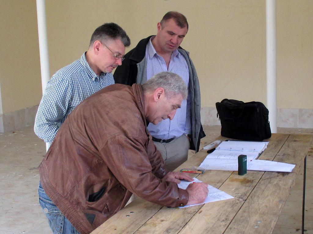 Planung auf einem provisorischen Schreibtisch auf der Baustelle