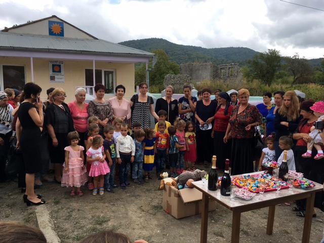 Viele Menschen aus der Umgebung und der Politik stehen während der Einweihnungsfeier vor dem neuen Kindergartengebäude.