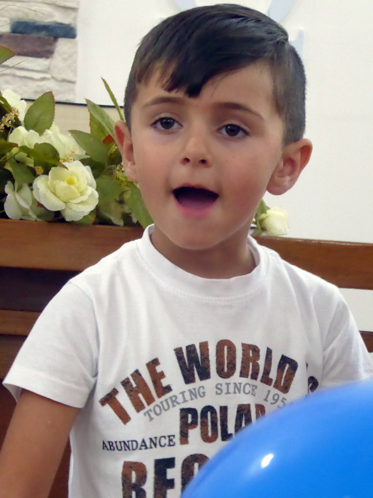 Kindergartenkind mit blauem Luftballon