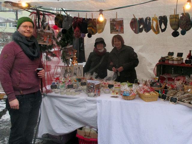 Der Weihnachtsmarktstand mit dem Standpersonal
